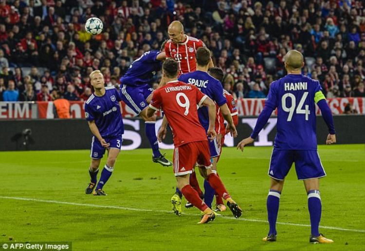 """Bayern (áo đỏ) tạm đứng nhì bảng B khi """"chỉ"""" thắng Anderlecht 3-0."""