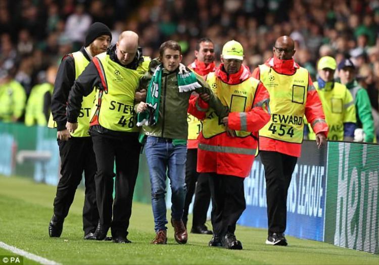 Với việc để fan lao vào sân gây nguy hiểm cho cầu thủ, đội bóng Celtic đang đứng trước nguy cơ nhận án phạt nặng từ Liên đoàn bóng đá châu Âu (UEFA).