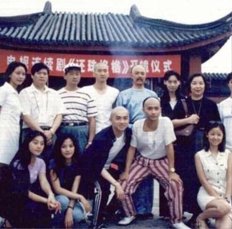 Đoàn làm phim Hoàn Châu cách cách 20 năm về trước.