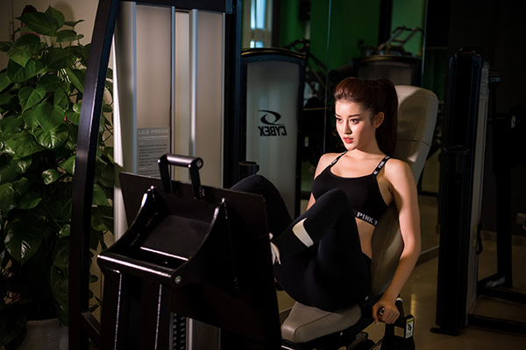 Người đẹp miệt mài tập gym để có hình thể đẹp.