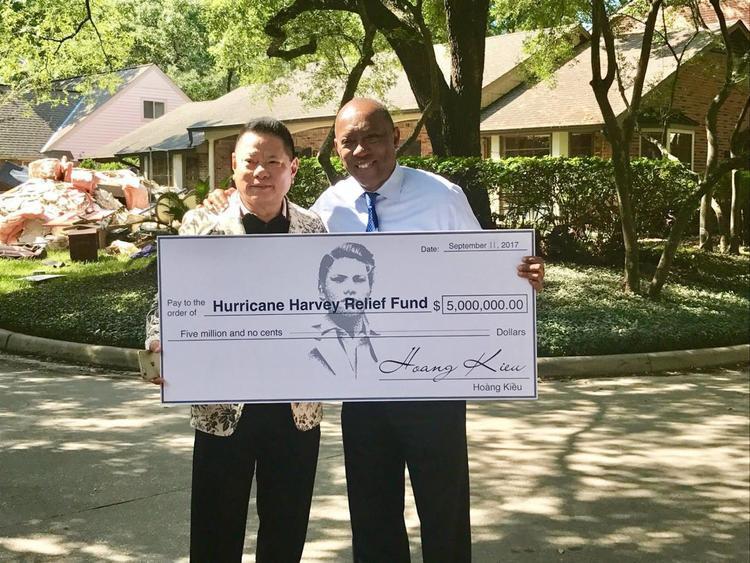 Tỷ phú Hoàng Kiều quyên góp 5 triệu đô cho các nạn nhân bão Harvey