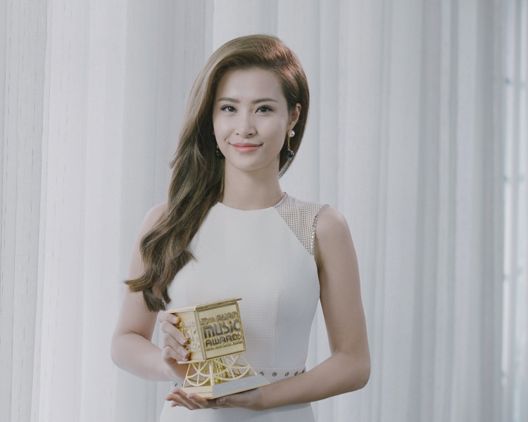 2 năm về trước là cảm xúc tự hào, lâng lâng và có hơi hồi hộp một chút khi biết tin mình là đại diện trẻ nhất của Việt Nam so với các đàn chị đi trước nhận giải thưởng.