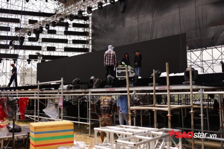 Những thiết kế chính giữa sân khấu đang dần hoàn thiện.