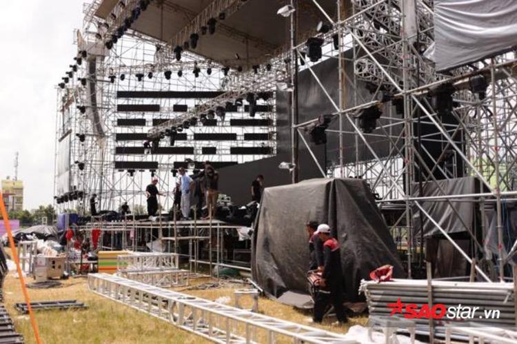 Khu vực 2 bên sân khấu đang được lắp ráp.