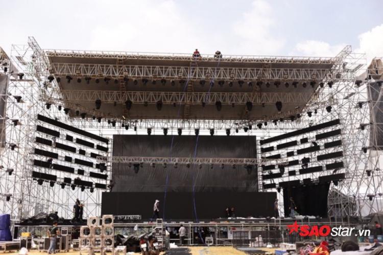 Toàn cảnh sân khấu hoành tráng tour diễn của The Chainsmokers tại Việt Nam.