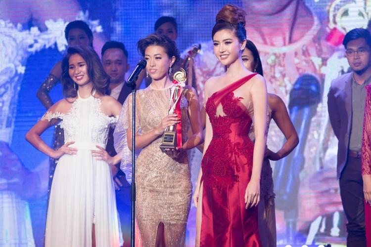 """Trong đêm, cô vinh dự đại diện BTC trao giải """"Thí sinh được bình chọn nhiều nhất""""."""