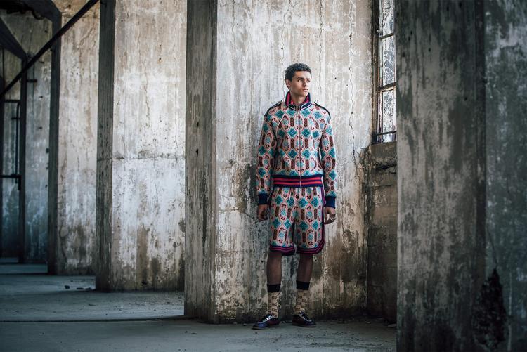 Đúng như những gì mà tín đồ thời trang mong đợi, Gucci đã cho ra mắt thiết kế chính mang đậmchất thổ cẩm Á Đông, tạo nênsự thú vị, đa sắc mà giữ được nét hài hoà vốn dĩ của chất liệu này.