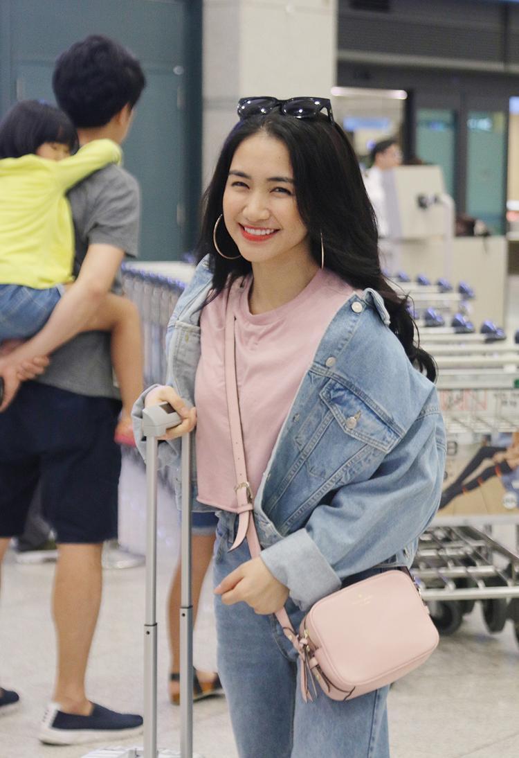 Hoà Minzy rạng rỡ tại sân bay sang Hàn Quốc.