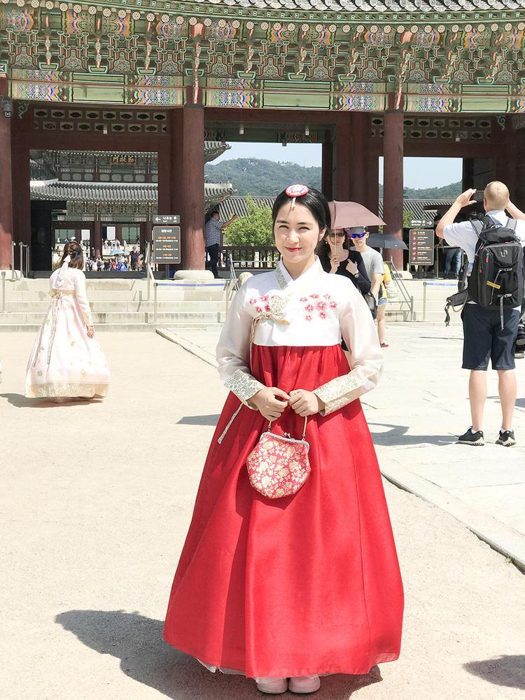 Nữ ca sĩ thích thú khi được diện hanbok - quốc phục của xứ củ sâm.