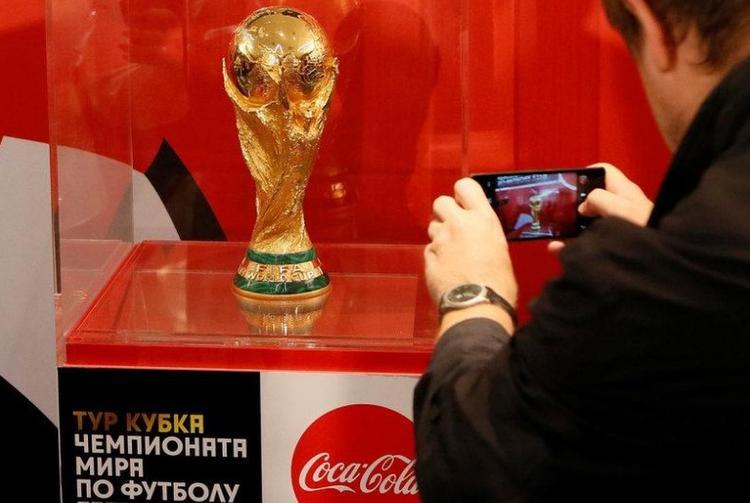 Một người đàn ông chụp hình chiếc Cup vô địch của World Cup 2018 sau khi kết thúc họp báo tại in Krasnoyarsk, Siberia, Nga.