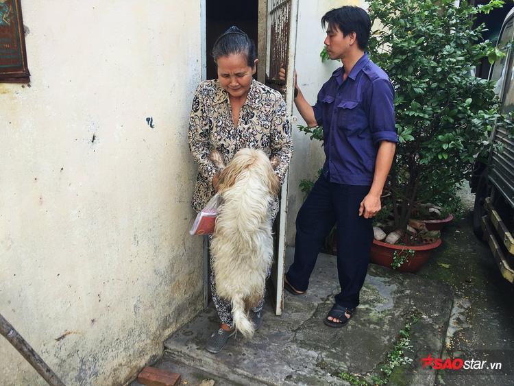 Bà Lan phấn khởi mang Bo từ chuồng nuôi nhốt về lại nhà.