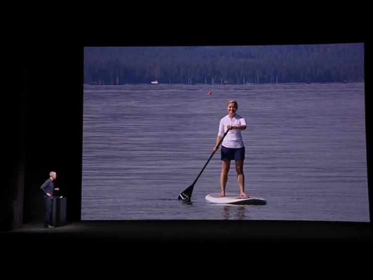 Demo khả năng gọi điện độc lập mà không cần đến kết nối với iPhone ngay trên sân khấu sự kiện 12/9 của Apple.