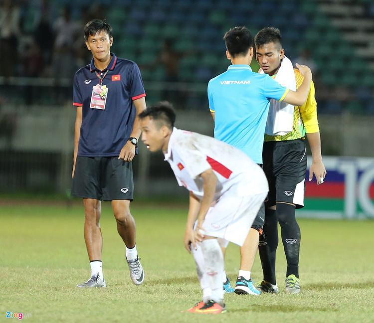 Các cầu thủ U18 Việt Nam động viên thủ môn người Ê Đê sau trận thua U18 Myanmar. Ảnh: Zing.vn