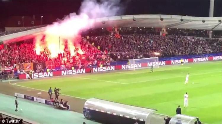 Hàng chục quả pháo sáng bị các fan đốt cháy rực một góc khán đài.