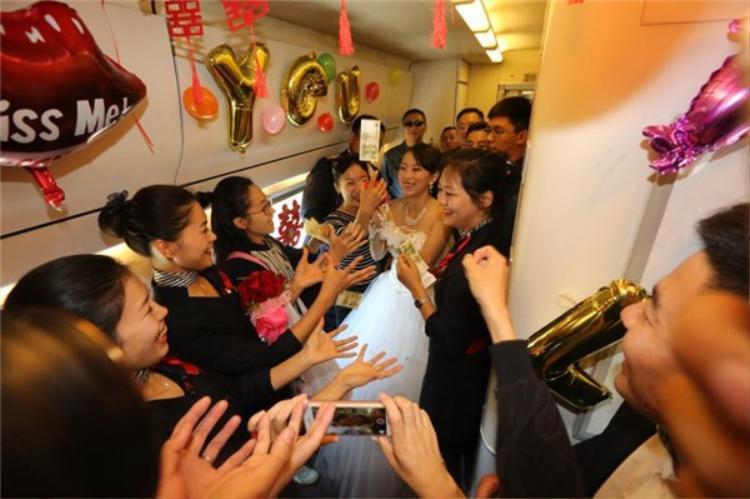 Tân lang và tân nương nhận được lời chúc mừng từ người thân và bạn bè khi họ lên tàu.