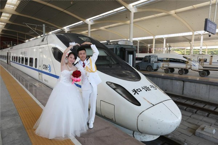 Chen Dong và Ma Yan đặt ra một bức ảnh trước cửa tàu No D6907 trong đám cưới của họ vào ngày 09 tháng 9 năm 2017.
