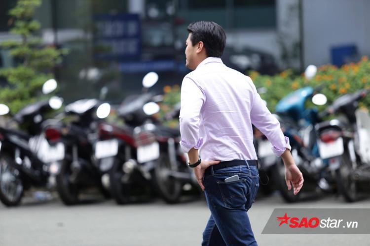 Phillip Nguyễn xuất hiện tại sân bay Tân Sơn Nhất trưa ngày 14/9.