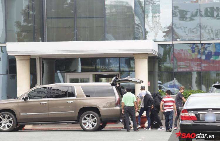 …rồi nhanh chóng di chuyển vào sảnh sân bay Tân Sơn Nhất để làm thủ tục.