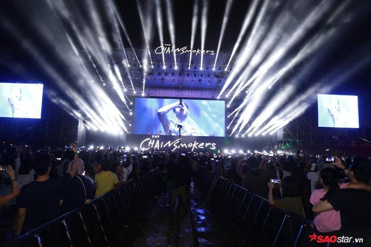Bầu không khí cực sôi động và náo nhiệt tại đêm nhạc.