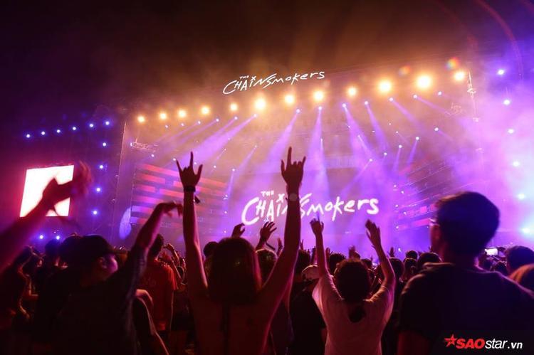 """Hàng nghìn khán giả như muốn """"nổ tung"""" cùng những giai điệu của The Chainsmokers."""