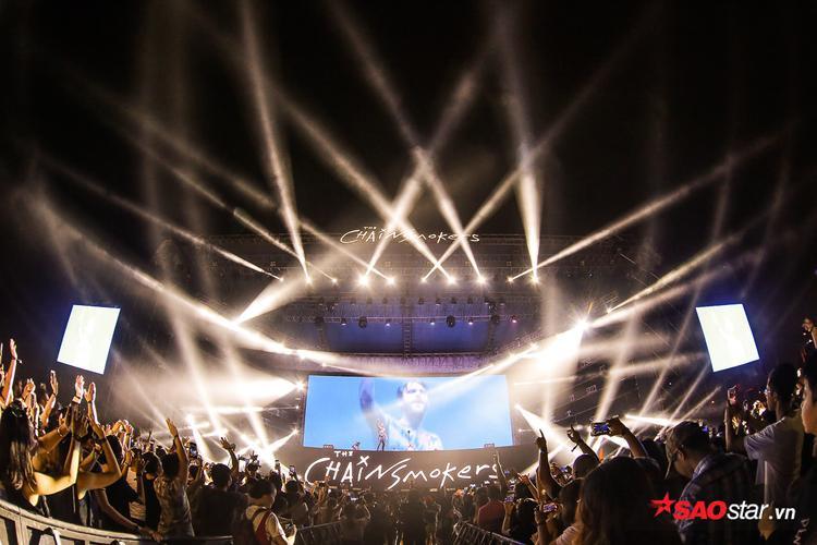 Sau thời gian chờ đợi, cuối cùng bộ đôi DJ đình đám thế giới cũng xuất hiện trong sự hò reo từ khán giả.
