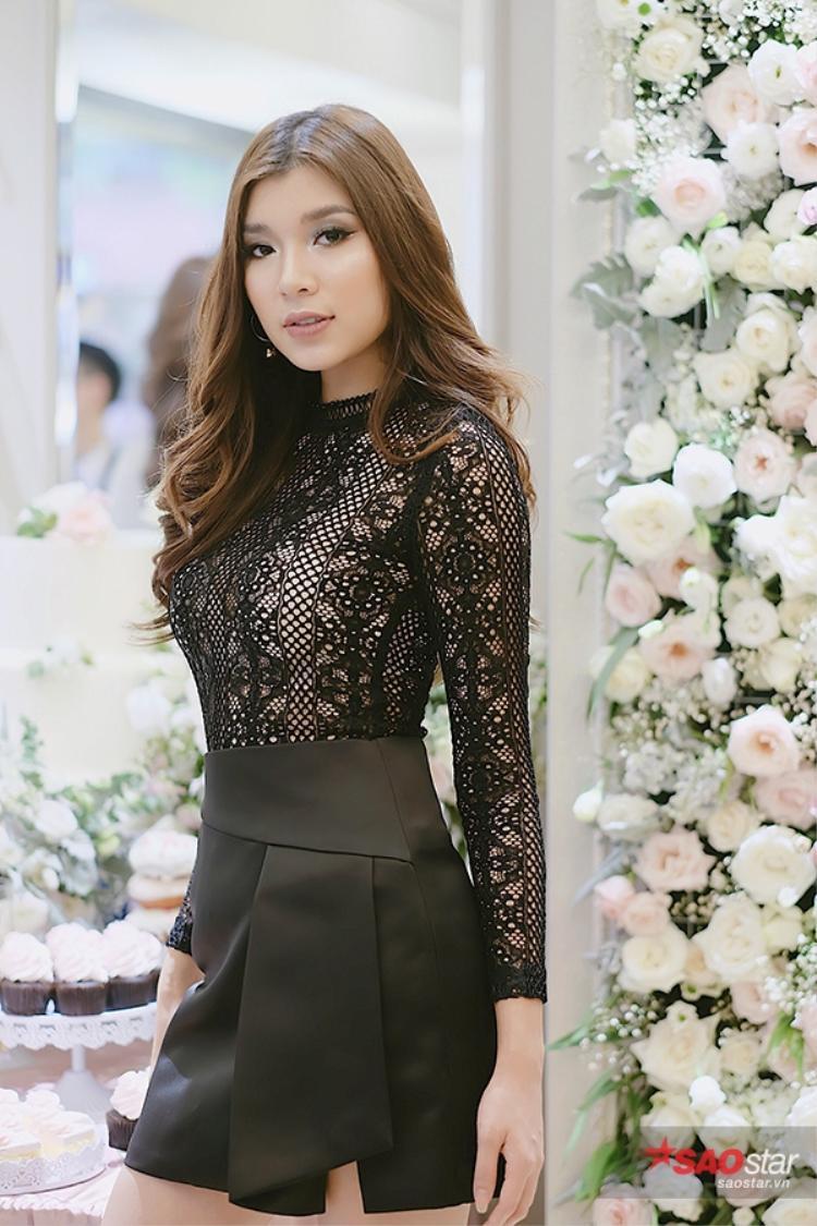 Cô nàng đầy cá tính nhưng không kém phần quyến rũ khi diện áo ren màu đen.