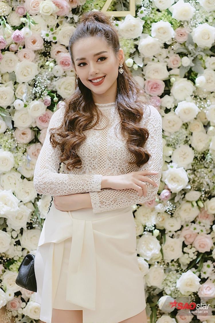 Khánh Linh diện trang phục đôi với Đồng Ánh Quỳnh.