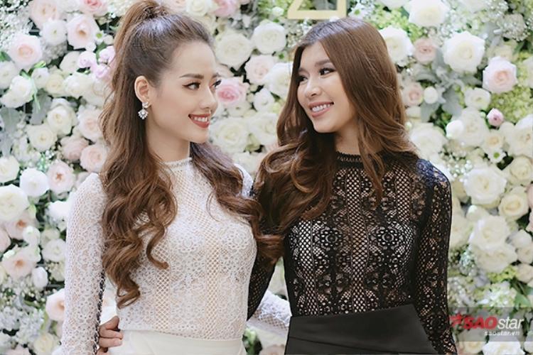 Khánh Linh và Đồng Ánh Quỳnh không ngừng trò chuyện vui vẻ.