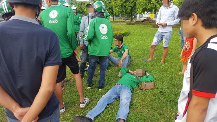 Hà Nội: Hiểu lầm tranh giành khách, 3 tài xế Grabbike bị xe ôm truyền thống xông vào hành hung