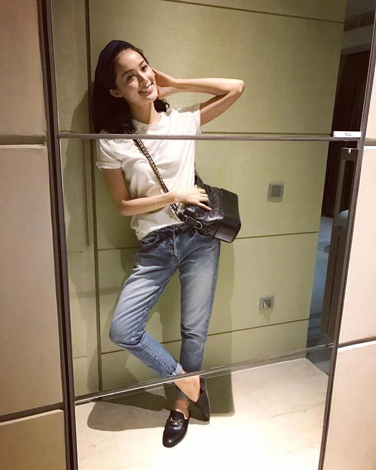 """Áo phông, quần jean tuy đơn giản nhưng là style mang đến nét khỏe khoắn, năng động cho các cô gái trẻ. Mẫu giày Gucci cũng được cô nàng lựa chọn là """"con cưng"""" khi luôn đồng hành trong mọi set đồ."""