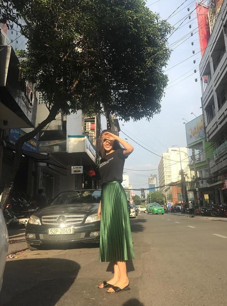 Có vẻ như cô nàng rất thích những loại váy pleated skirt form dài, vừa có thể giúp đôi chân thêm thon dài lại vừa nữ tính theo cách rất riêng. Đâu cần giày cao gót, Hạ Vi vẫn có thể khiến bao người ngước nhìn với cây xanh rêu nổi bật giữa phố.