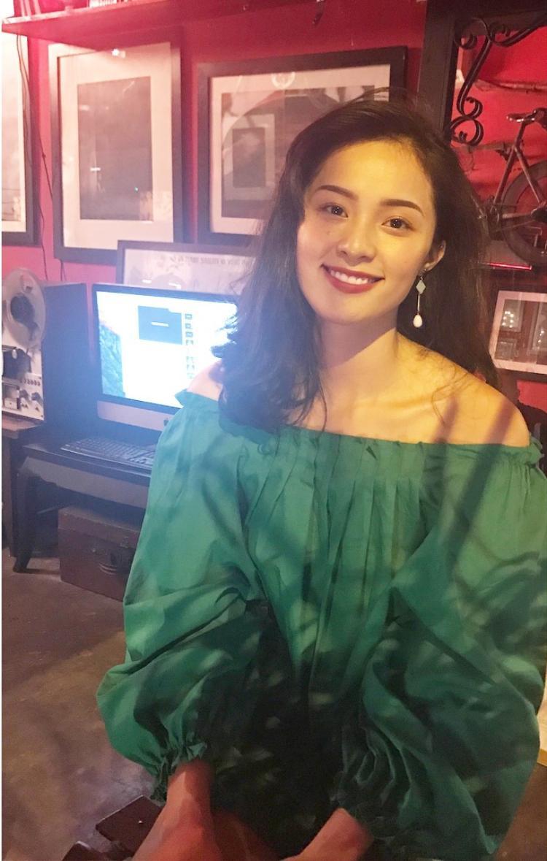 Sắc xanh lá vốn khá kén người mặc nhưng có là gì với Hạ Vi, người đẹp sinh năm 1993 vẫn cứ rạng rỡ và xinh đẹp đó thôi.