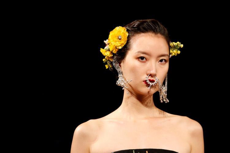 Người mẫu trình diễn thiết kế trong BST Naeem Khan's Spring/Summer 2018 trong khuôn khổ New York Fashion Week