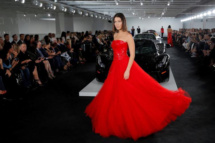 Bella Hadid mang trên mình một chiếc váy thuộc BST Ralph Lauren Spring/Summer 2018 được trình diễn ở garage riêng của Lauren