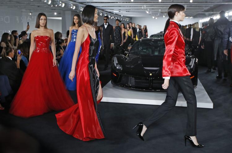 Những người mẫu trình diễn trước chiếc xe của Ralph Lauren