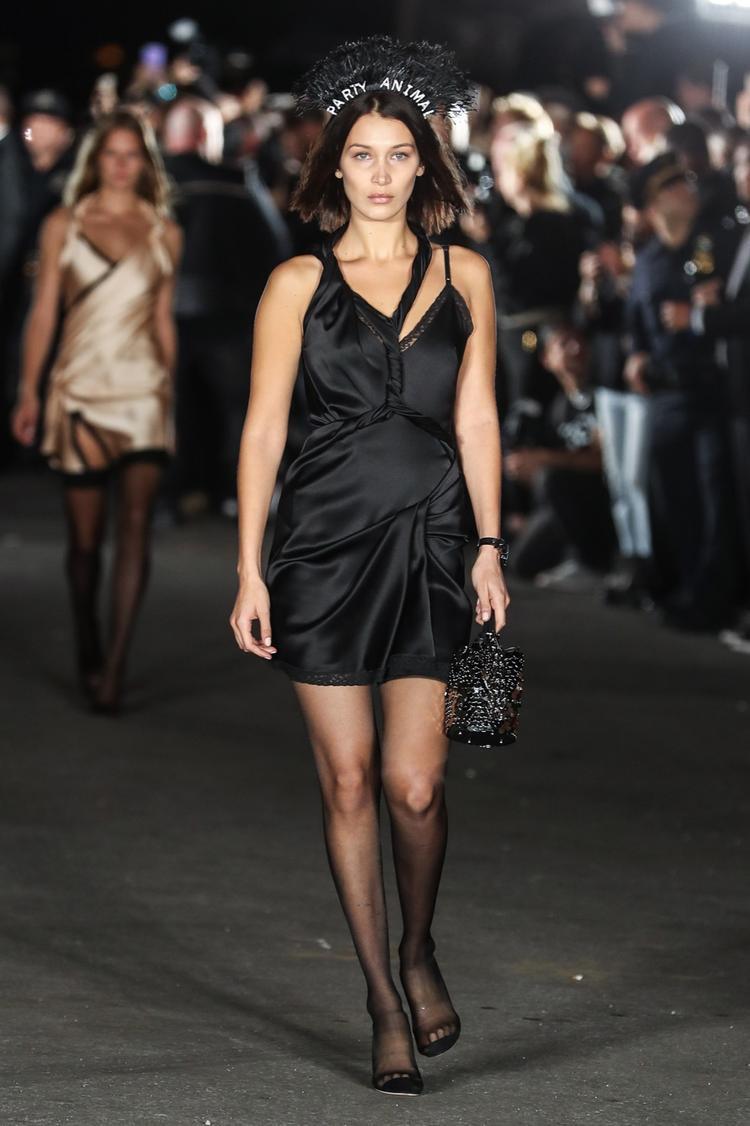 Bella Hadid trình diển bộ đồ của Alexander Wang trong Wangfest.