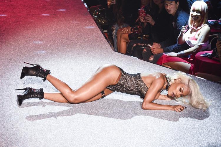 Teyana Taylor trình diễn trong Philipp Plein fashion show.