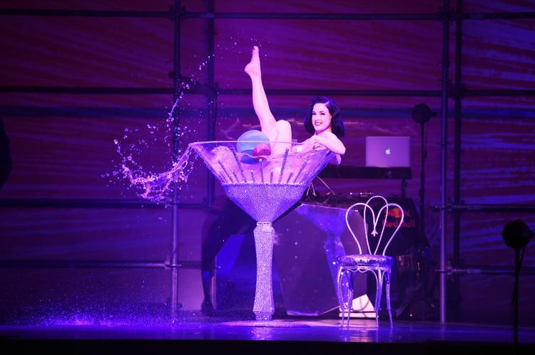 Dita Von Teese biểu diễn trên sân khấu tại show thời trang Philipp Plein trong Tuần lễ thời trang New York