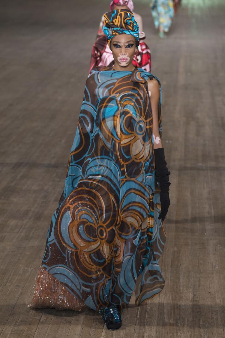 Winnie Harlow trong bộ cánh dài thướt tha có sự ton-sur-ton từ trangn phục đến turban.