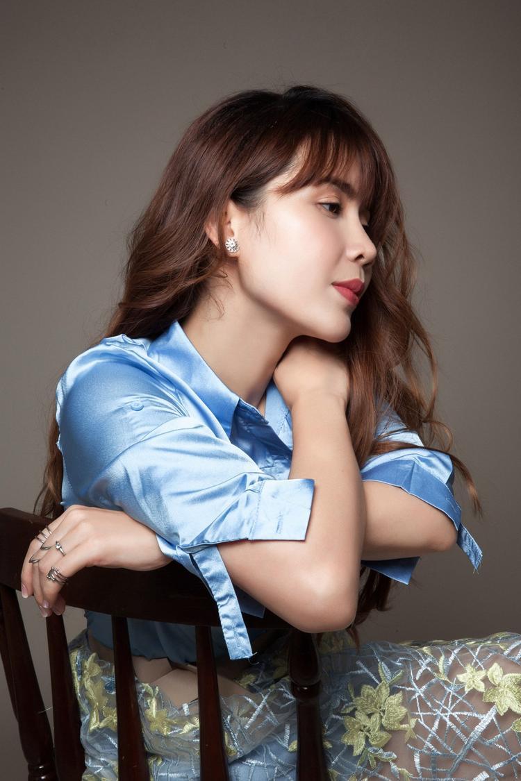 Lưu Hương Giang thể hiện ca khúc với sự nữ tính, mềm mại và nỗi khổ tâm thầm lặng.