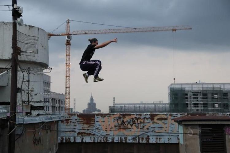 Vad Him trong nhóm Rudex đang nhảy trên một mái nhà ở Matxcova.