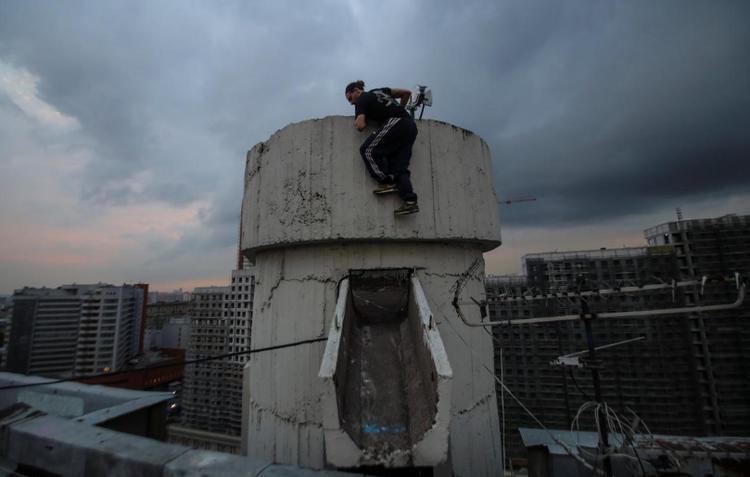 Vad Him đang leo lên chop của một tòa nhà.