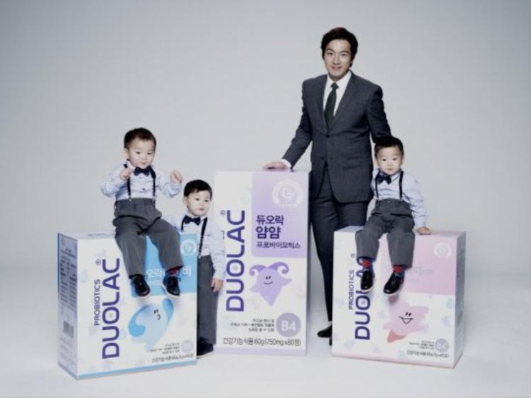 Bố Song cùng bộ ba lịch lãm trong poster quảng cáo.