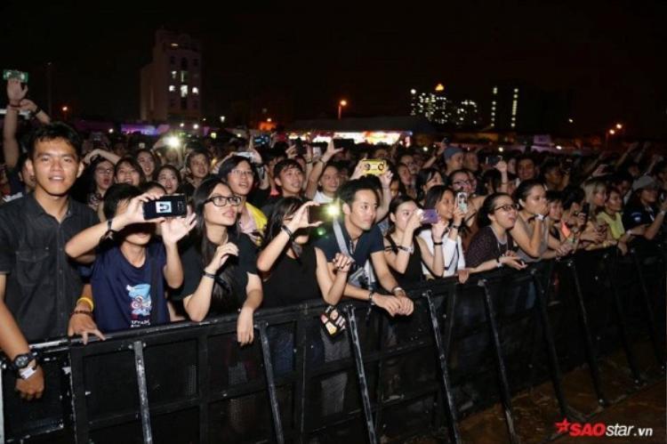 Khán giả cũng nán lại khi Phillip Nguyễn phát biểu và reo hò nhiệt tình cho anh.