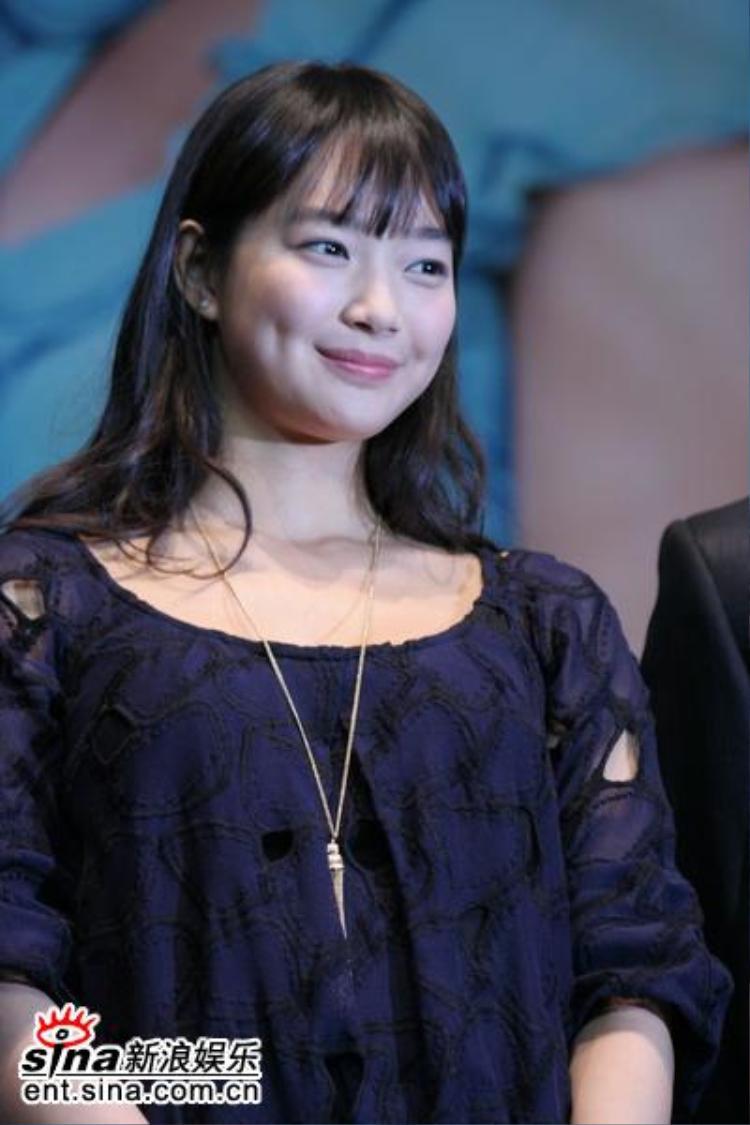 Thay vì ném đá, cư dân mạng lại khen ngợi ngoại hình mũm mĩm của Shin Min Ah