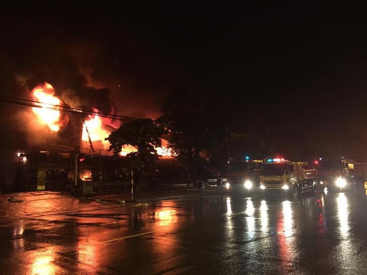 Tuy nhiên, ngọn lửa quá lớn nên siêu thị đã bị đổ sập hoàn toàn.