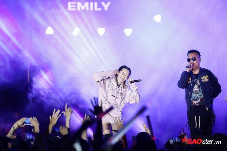 LK cùng Emily tiếp tục đốt cháy sân khấu với 3 bài hát liên tục: Spaceship, Im lặng, Xin anh đừng.