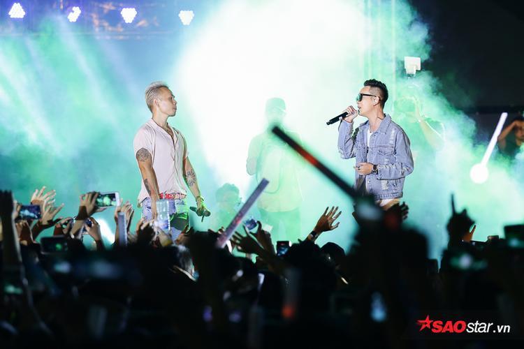 JustaTee - Giám đốc âm nhạc của chương trình cũng không quên góp giọng cùng rapper Binz. Anh cũng đã có màn giao lưu thú vị cùng khán giả.