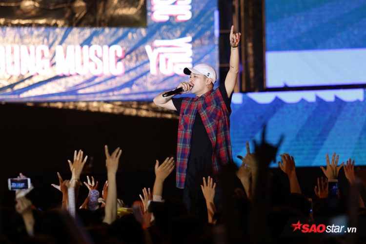 Mr.A với Ghostly và giới thiệu Min lên sân khấu song ca cùng.