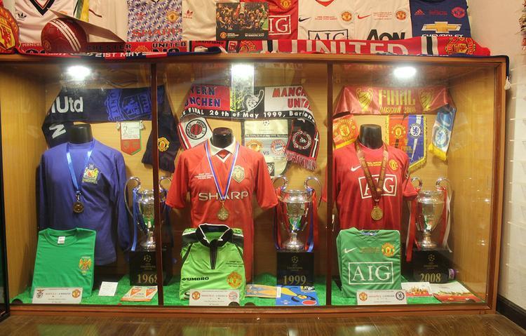 Tủ trưng bày áo và các vật dụng kỉ niệm 3 lần đăng quang C1 vào các năm 1968, 1999, 2008.